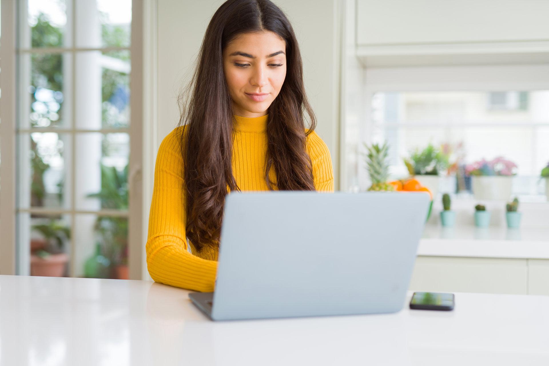 femeie lucreaza la laptop si aplica teste vocationale