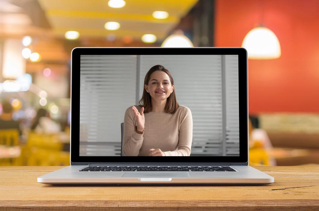laptop cu imaginea unei femei in videoconferinta; reprezentare a unei sesiuni de mentorat online (prin videoconferinta)